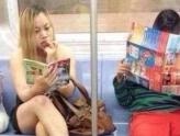 凤姐美国爆肥 坐地铁仍看最爱《故事会》!